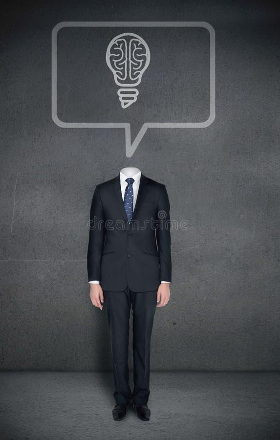 Bezgłowy biznesmen z móżdżkową żarówką w mowa bąblu zdjęcie stock