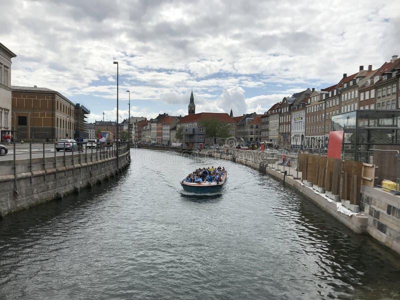 Bezienswaardigheden bezoekend door boot in Kopenhagen, Denemarken royalty-vrije stock afbeeldingen