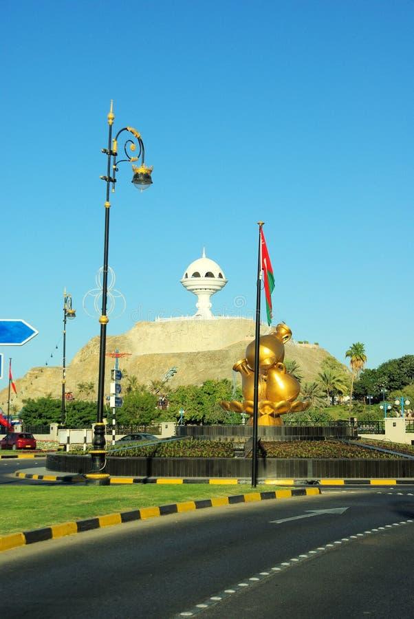 Bezienswaardigheden bezoekend in Muscateldruif, Oman stock afbeeldingen
