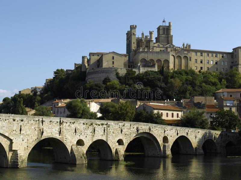 Beziers: orb för flod för bro för domkyrka för st nazaire gammal royaltyfria bilder