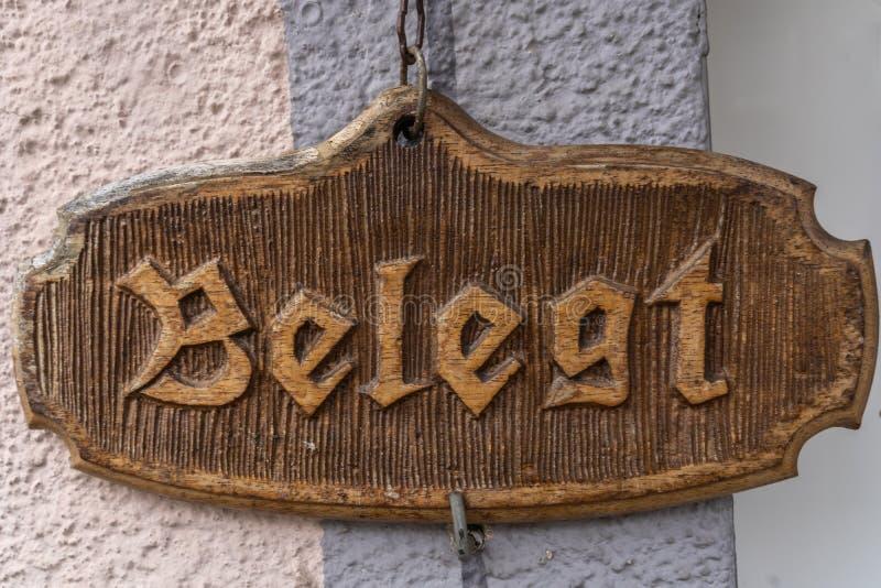 Bezig teken op een Duitse voordeur stock foto