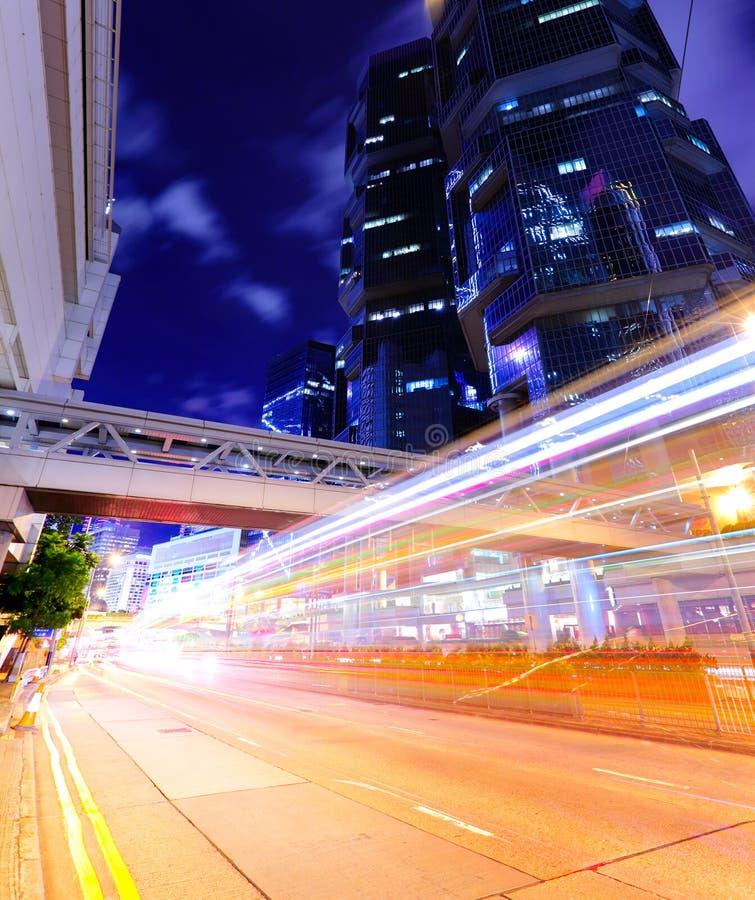 Bezig verkeer in moderne stad stock foto's