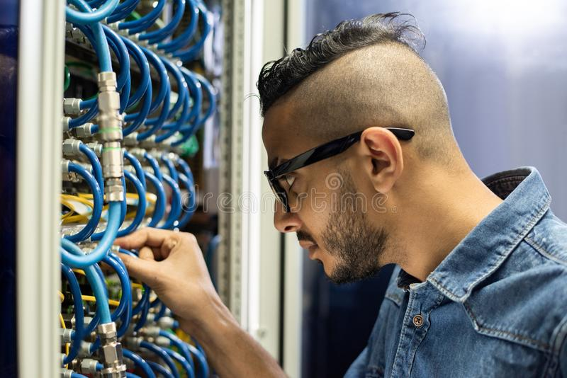 Bezige Arabische ingenieur die breedbandkabels verbinden royalty-vrije stock fotografie