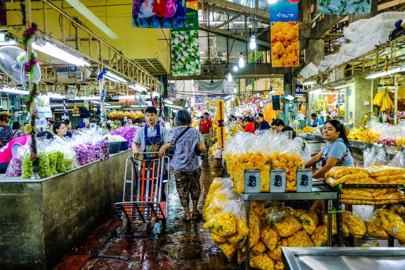 Bezige Bloemmarkt Pak Khlong Talat With Distributors, Verkopers en Kopers in Bangkok, Thailand stock foto