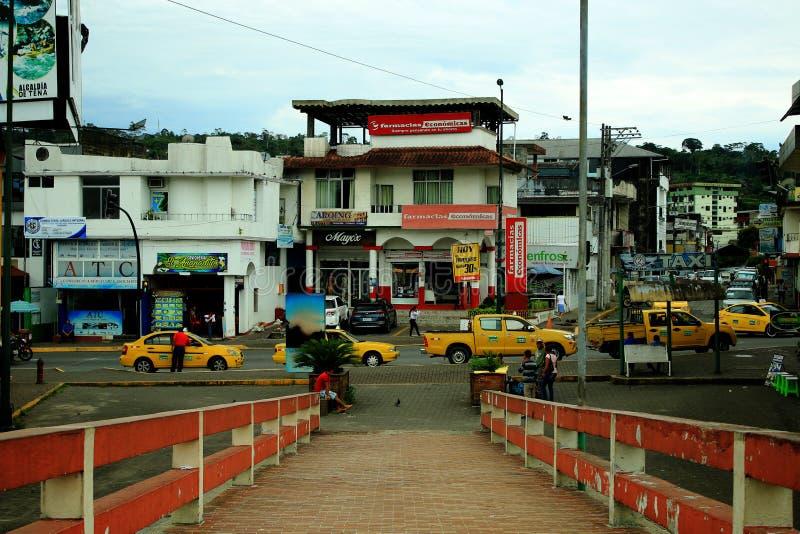 Bezige en overvolle weg in Tena, Ecuador, Zuid-Amerika met heel wat taxis bij de voet van brigde stock foto