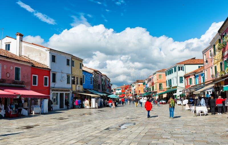 Bezige het winkelen straat in Burano dichtbij Venetië, Italië stock foto's