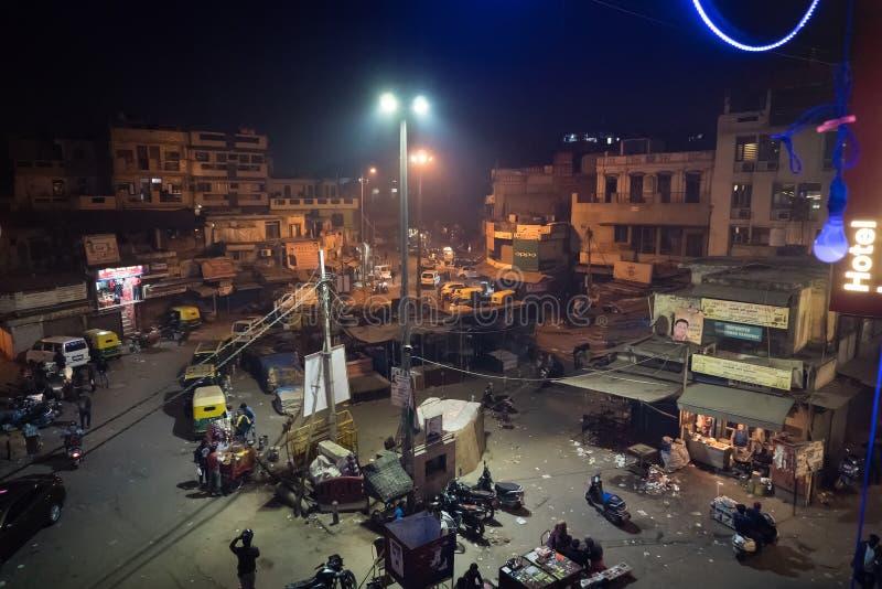 Bezige Indische Straatmarkt in New Delhi, India Hoogste standpunt van de nacht het Belangrijkste Bazaar royalty-vrije stock fotografie