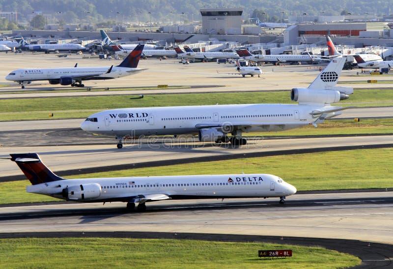 Bezige luchthavenscène met veelvoudige vliegtuigen stock afbeelding