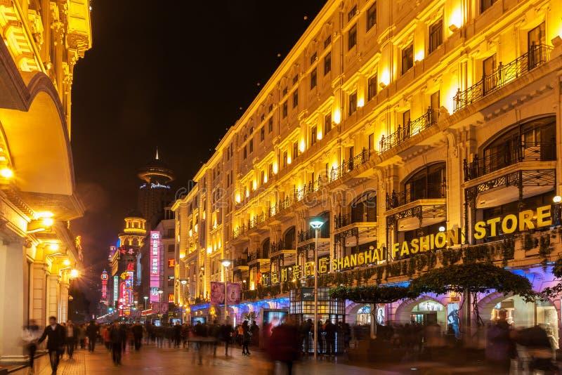 Bezige nachtscène op Nanjing-Road, Shanghai, China stock foto