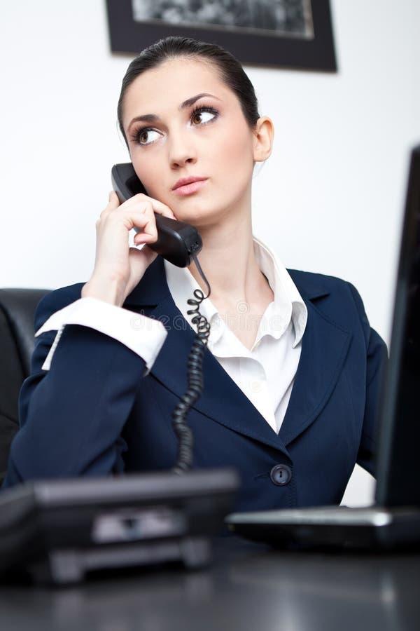 Bezige onderneemster die op telefoon spreekt royalty-vrije stock foto's