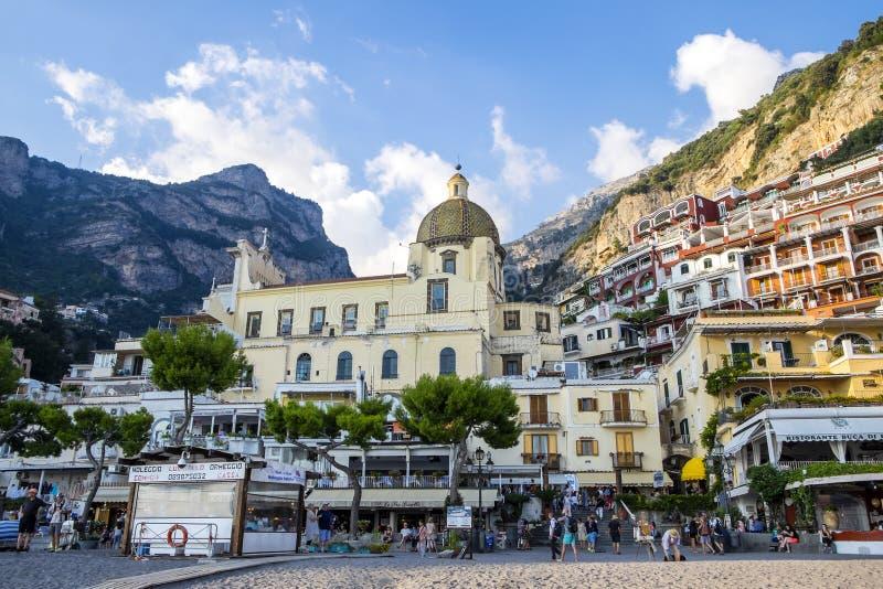 Bezige scène bij het populaire strand in Positano op de Amalfi Kust stock afbeelding