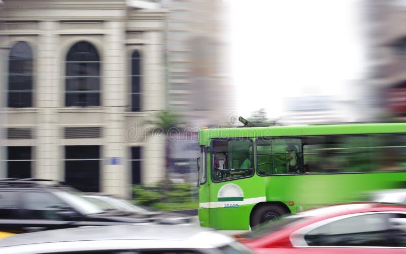 Bezige stadsstraat en onduidelijk beeldbus royalty-vrije stock afbeeldingen