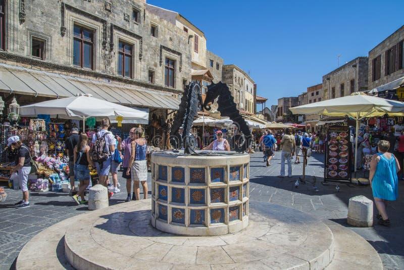 Bezige straat in de oude stad van Rhodos stock foto