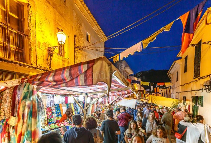 Bezige straten bij de middeleeuwse markt van Capdepera royalty-vrije stock fotografie