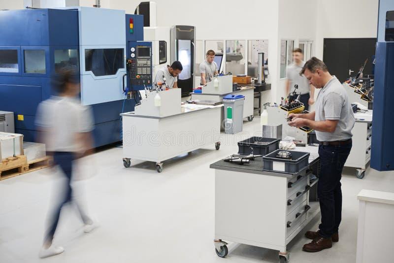 Bezige Techniekworkshop met Arbeiders die CNC Machines met behulp van royalty-vrije stock fotografie