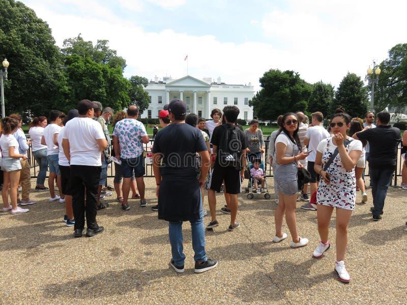 Bezige Toeristen bij het Witte Huis in de Zomer royalty-vrije stock afbeeldingen