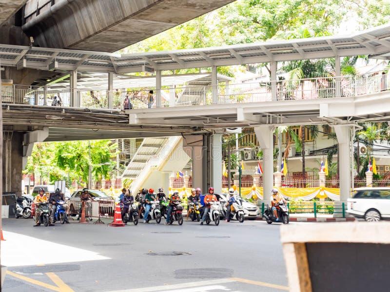 Bezige verkeersauto in stad de Ochtendspitsuur van Bangkok, Thailand stock afbeelding