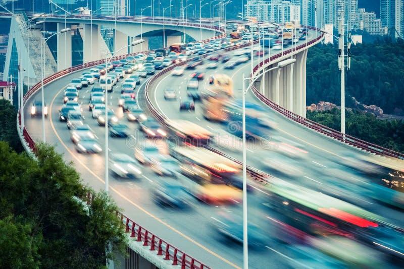 Bezige verkeersclose-up op krommebrug royalty-vrije stock fotografie