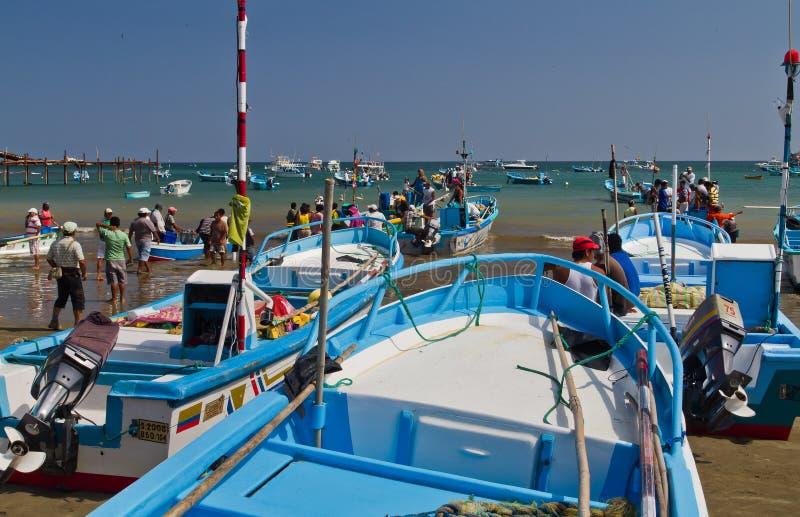 Bezige vissers in de ochtend langs een strandkust royalty-vrije stock afbeeldingen