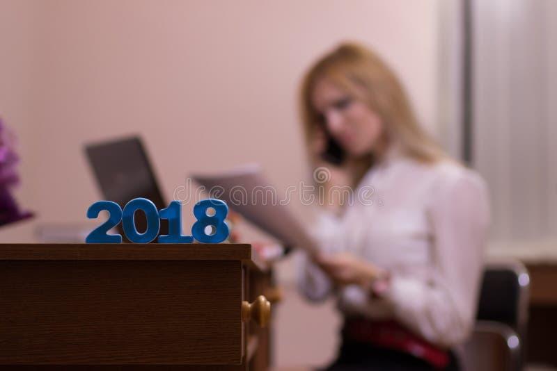 Bezige vrouw die in een bureau werken stock foto