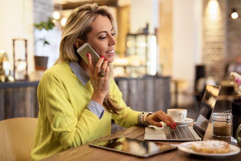 Bezige vrouw die in koffie werken royalty-vrije stock foto's