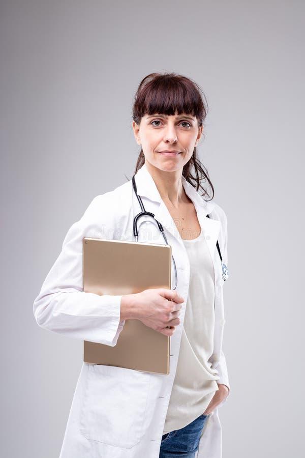 Bezige vrouwelijke arts die de camera pauzeren te bekijken royalty-vrije stock foto's
