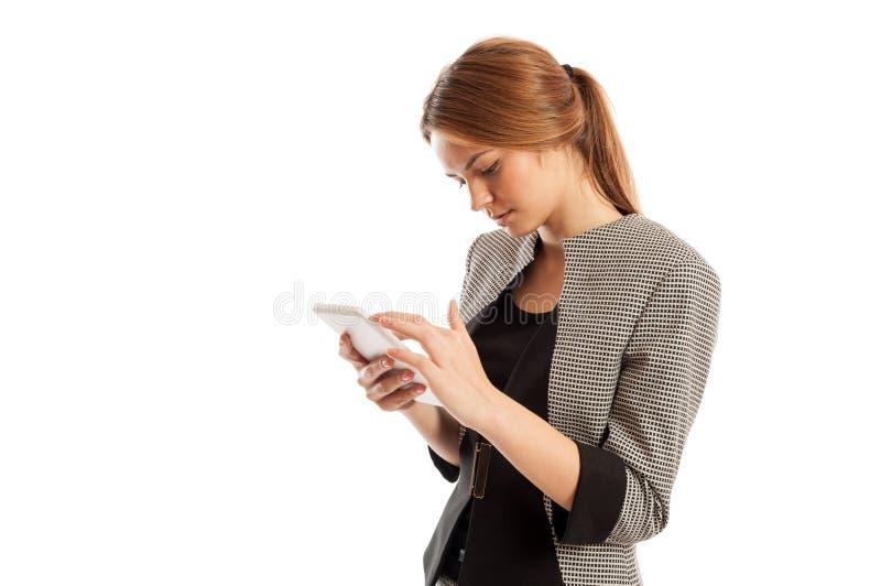 Bezige vrouwelijke uitvoerende manager die aan tablet werken royalty-vrije stock foto