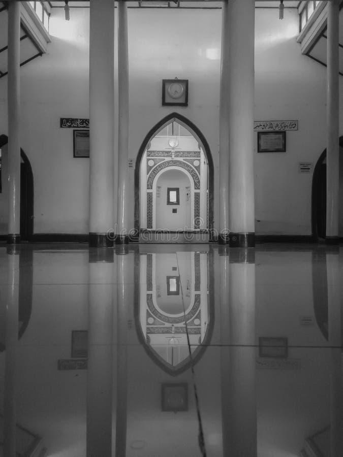 Bezinning bij moskee royalty-vrije stock afbeeldingen