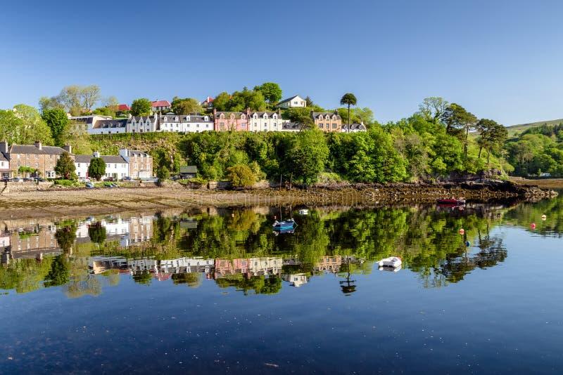 Bezinning bij water in stad Portree, Schotland stock afbeelding