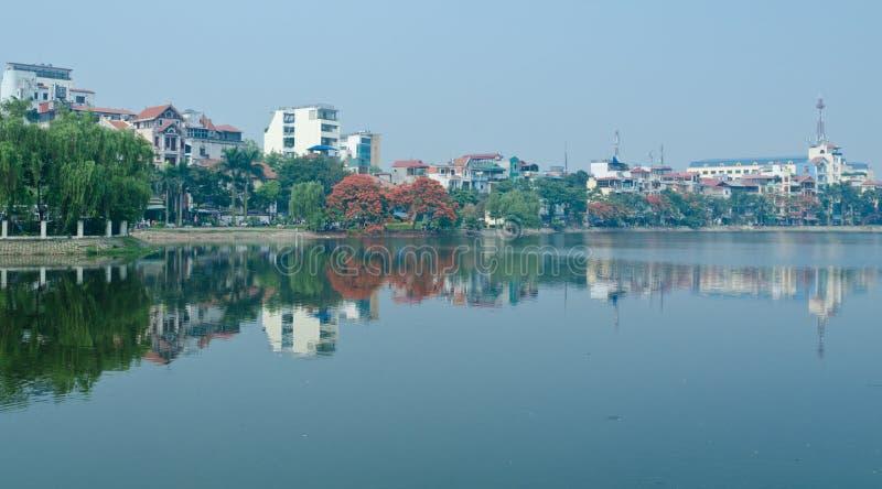 Bezinning in het Meer van het Westen van Hanoi stock afbeeldingen