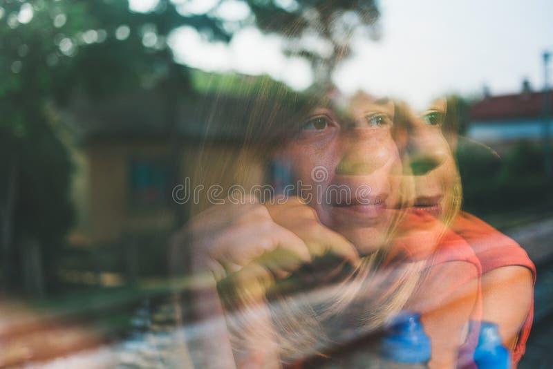 Bezinning in het venster van een vrouw die door de trein reizen royalty-vrije stock afbeelding