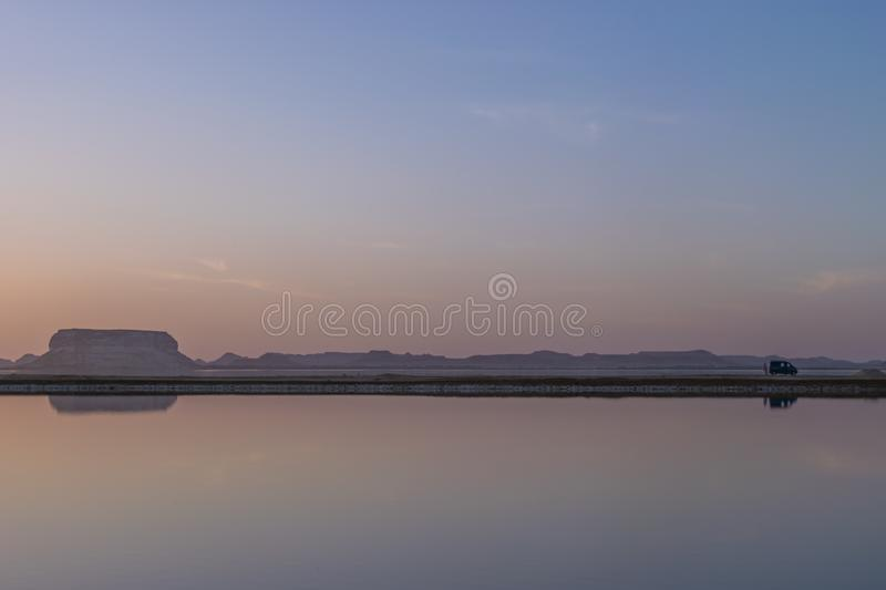 Bezinning over kalm water in Fatnas-Eiland, Siwa Egypte royalty-vrije stock fotografie