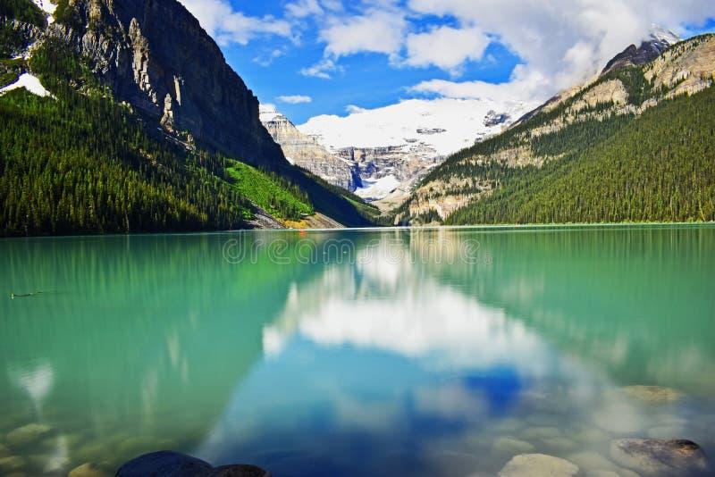 Bezinning over meer Louise - Canada stock afbeeldingen