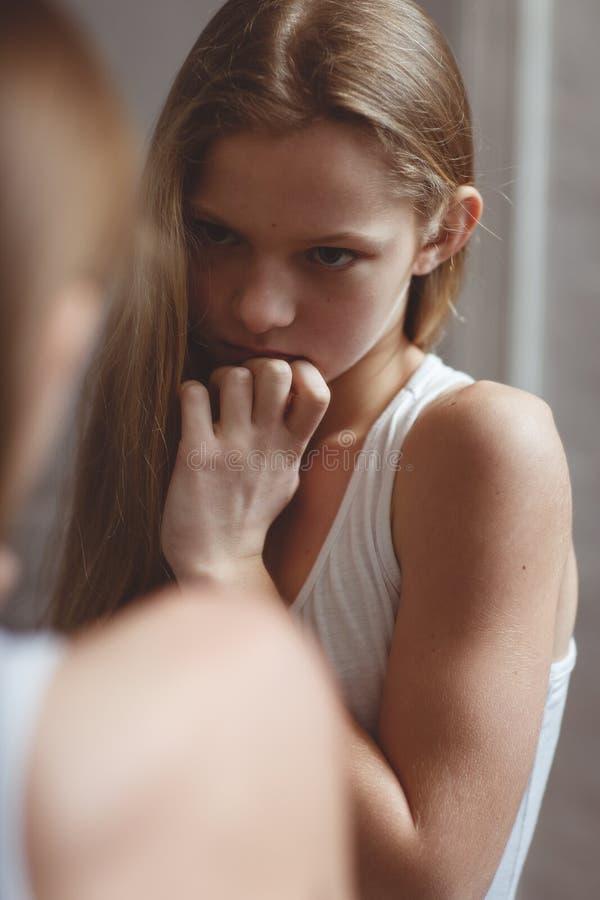Bezinning in spiegel van tiener royalty-vrije stock foto