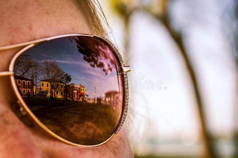 Bezinning in spiegelzonnebril van Burano, Venetië stock foto's