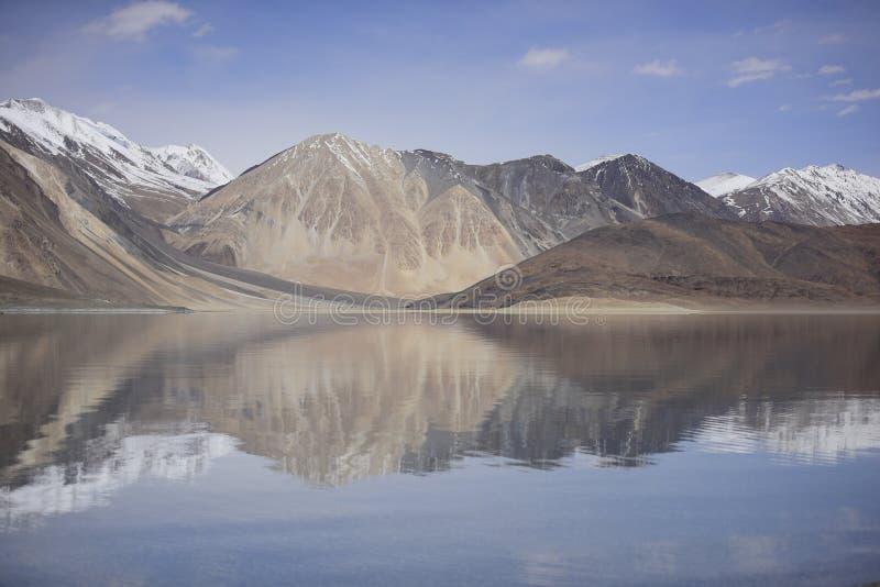 Bezinning van Bergen op Pangong-Meer met blauwe hemelachtergrond Leh, Ladakh, India royalty-vrije stock afbeelding