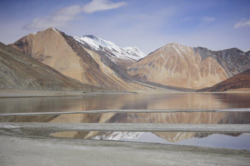 Bezinning van Bergen op Pangong-Meer met blauwe hemelachtergrond Leh, Ladakh, India royalty-vrije stock fotografie