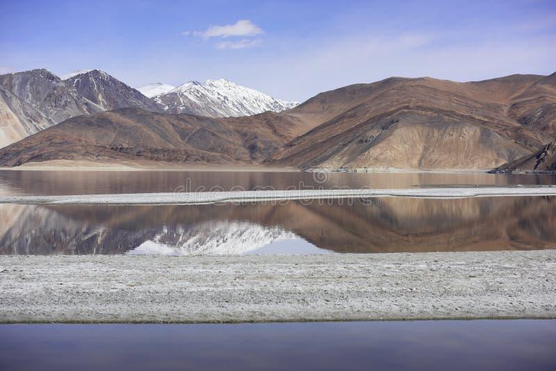 Bezinning van Bergen op Pangong-Meer met blauwe hemelachtergrond Leh, Ladakh, India stock foto