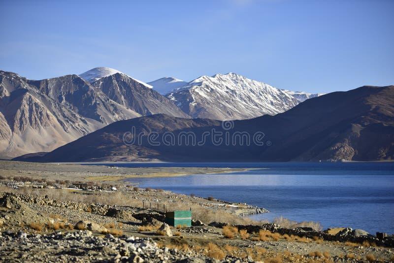 Bezinning van Bergen op Pangong-Meer met blauwe hemelachtergrond Leh, Ladakh, India stock afbeeldingen