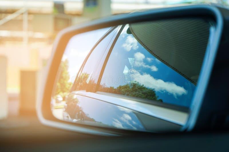 Bezinning van blauwe hemel in de zonnige dag aan de autokant mirrow royalty-vrije stock afbeeldingen