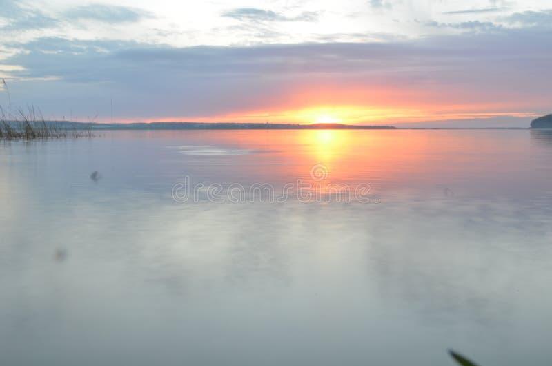 Bezinning van blauwe hemel met witte wolken in water, abstracte achtergrond stock afbeelding