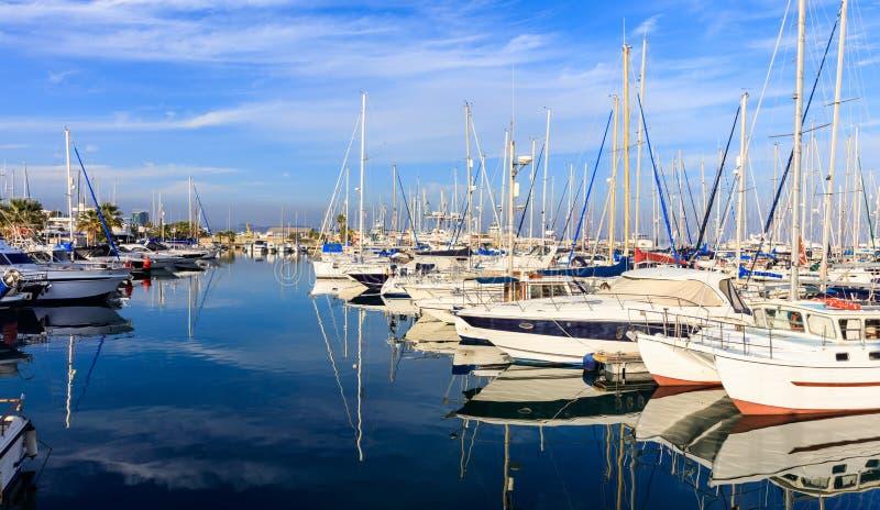 Bezinning van boten die in een jachthaven in Larnaca, Cyprus leggen Blauwe hemel en overzeese achtergrond stock afbeelding