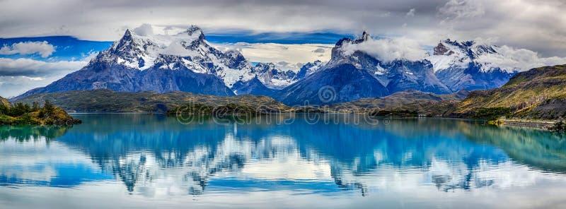 Bezinning van Cuernos del Paine bij Meer Pehoe - Torres del Paine N P chili royalty-vrije stock fotografie