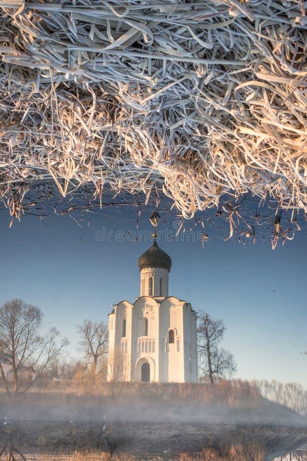 Bezinning van de traditionele Russische kerk in de Golf van de Nerl-Rivier in de vroege de herfstochtend stock foto
