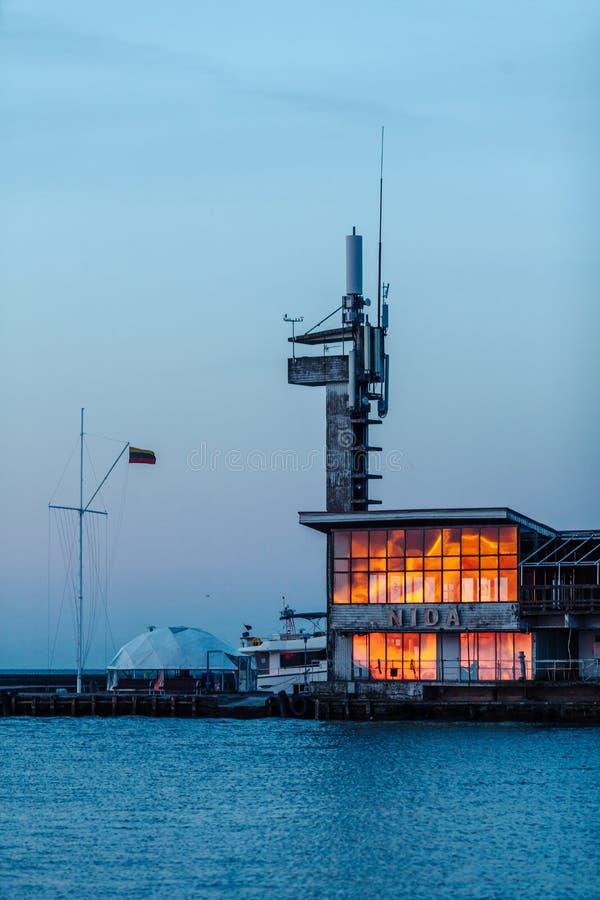 Bezinning van de zon op het havenglas in Nida, Litouwen stock foto