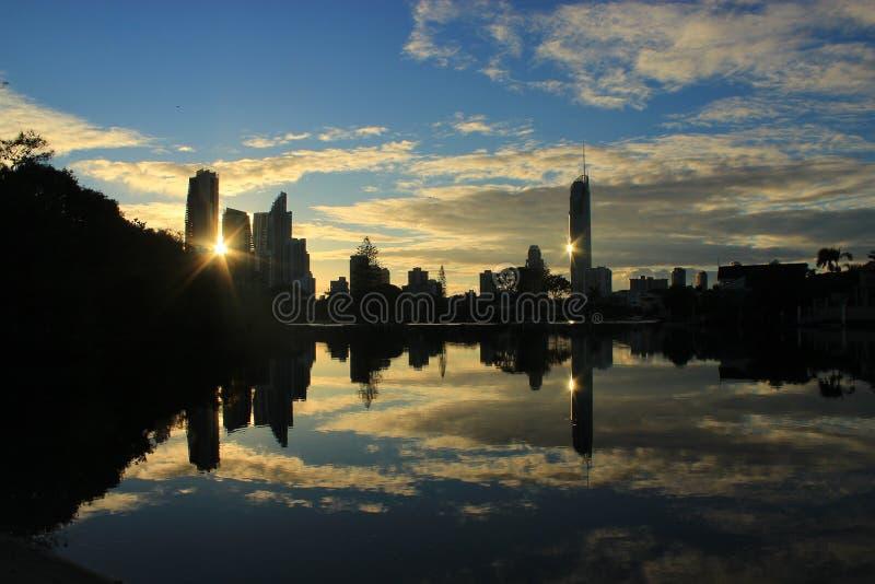 Bezinning van gebouwen van de stad bij zonsopgang stock fotografie