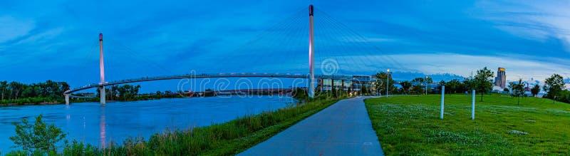 Bezinning van het panorama de blauwe uur over de voetbrug Omaha van Bob Kerrey royalty-vrije stock afbeeldingen