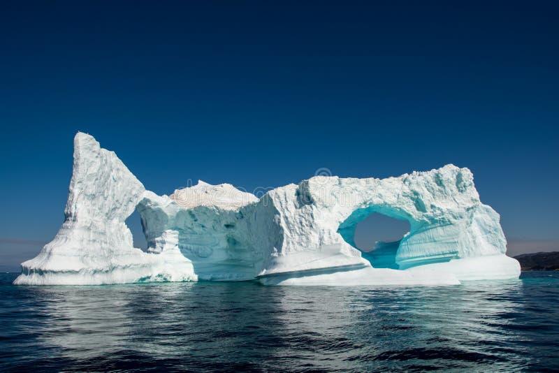 Bezinning van ijsberg Grote muur met boog en nog water stock afbeelding