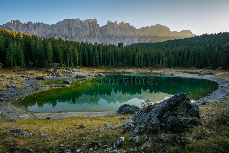 Bezinning van Latemar in het duidelijke water van Meer Carezza Karersee in Dolomietalpen, Trentino Alto Adige, Zuid-Tirol, Italië royalty-vrije stock afbeeldingen