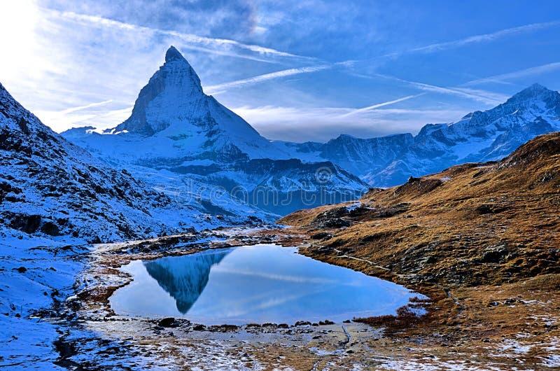 Bezinning van Matterhorn op Riffelsee-Meer, Zwitserland stock foto
